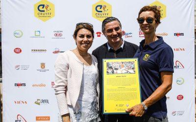 Top Consulting Esportiu rep la placa commemorativa de la Fundació Cruyff